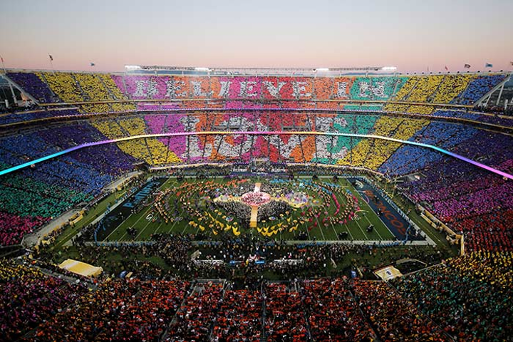 Many producers noted the difficulty of producing an outdoor spectacle in the daylight and praised the show's use of color.